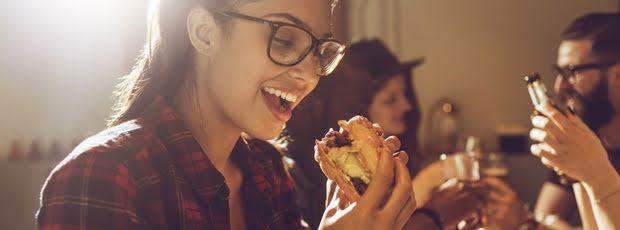 Warum man sich betrunken nach Fast Food sehnt