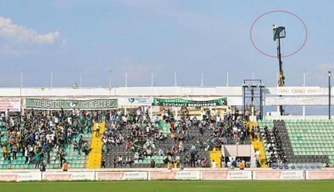 Verrückter Fußball- Fan schaut per Kran zu
