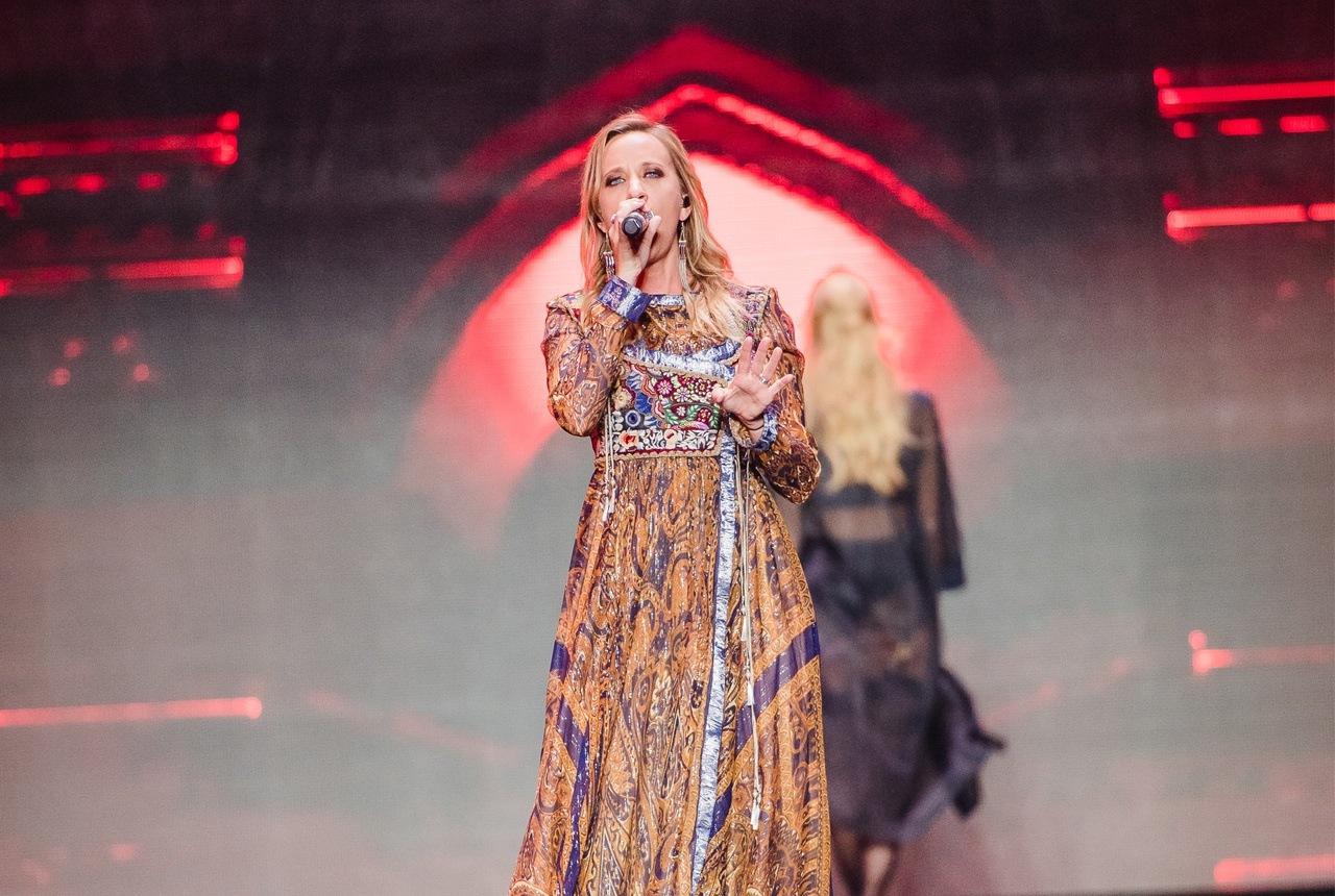 Anna Känzig singt auf dem Catwalk
