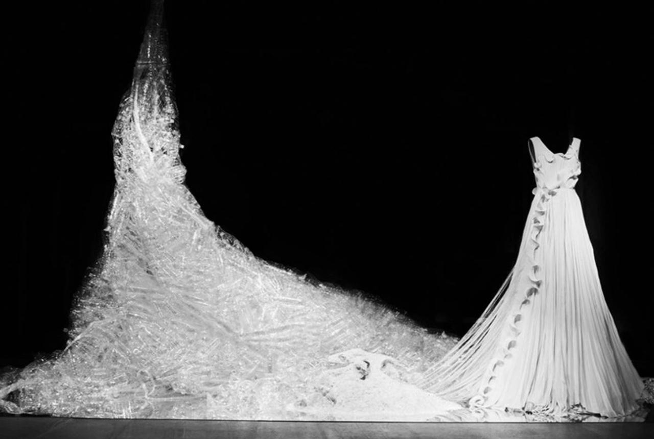 Dieses Traumkleid besteht aus Plastikmüll